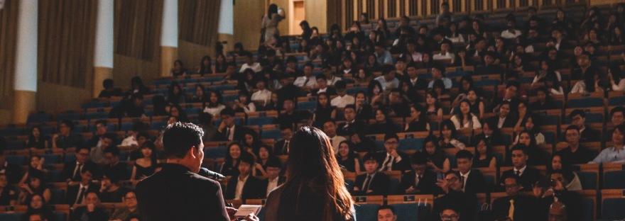 Técnicas para empezar un discurso y impactar al público